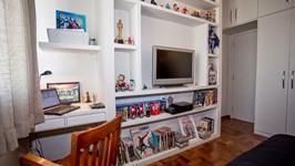 estação de trabalho e estante para coleção de bonecos quarto de hóspedes
