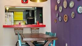 sala de jantar e janela para cozinha com bancada de refeições
