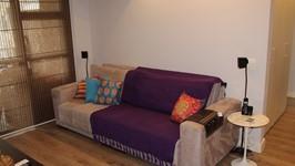 sofá confortável e mesa lateral saarinen