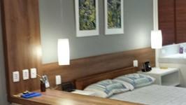 bancada de trabalho e cama com painel