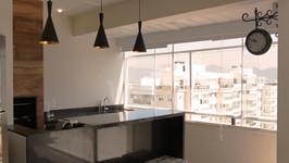 Área da churrasqueira aumentada com esquadria de alumínio e vidro com película que reduz calor e cortina horizontal