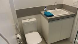 Bancada com armário e front que passa também sobre o sanitário