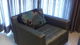 a poltrona giratória atende tanto a tv quando ao sofá