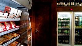 Expositor frigorífico e geladeiras envelopadas