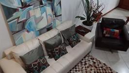 tela apoiada em sofá e poltrona giratória