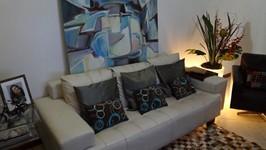 sofá e mesa lateral expansível