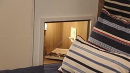 nicho lateral no armário para servir como criado mudo