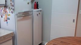 geladeiras posicionadas na linha das bancadas