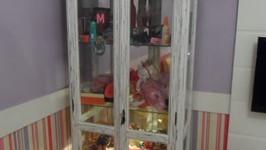cristaleira transformada em vitrine de brinquedos