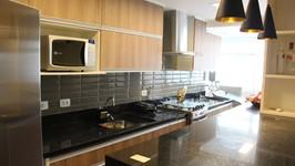 [Bancada de Fita] -  O balcão da cozinha em fita uniu a área numa só peça de granito.