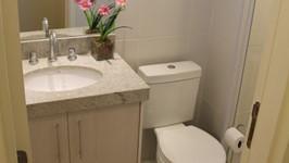 [Banheiro Social] - O banheiro social recebeu revestimento e nicho para xampús no box e uma bancada com armário e espelho.