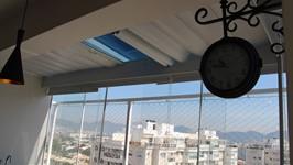 Cortina Horizontal no teto de vidro na área aumentada da churrasqueira