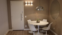 iluminação de arandelas substitui quadro na parede da sala e decora com luz o ambiente