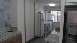 os armários inteiros substituem a necessidade de armários altos