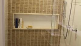 cerâmica imitando palha e nicho grande na parede do box do banheiro social