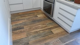 piso cerâmico imitando madeira