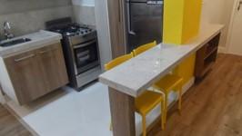 bancada da pia, fogão e piso cerâmico na cozinha