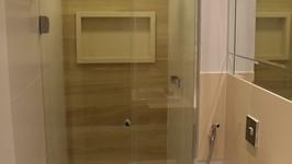 Banheiro social - parede do box com cerâmica imitando madeira clara