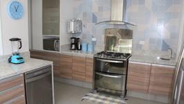 o fogão é ladeado por duas bancadas de apoio e numa delas criamos uma cuba auxiliar