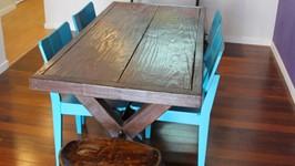 mesa de jantar rústica com cadeira turquesa e bancos de madeira