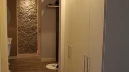 armário no nicho do corredor para ser utilizado como roupeiro e louceiro