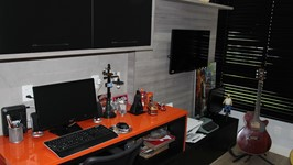 escritório temático com as cores da Harley Davidson e instrumentos musicais