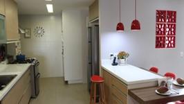 cozinha com ilha de preparo e bancada de refeições