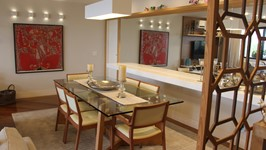 Divisória entre o hall de entrada da sala e a mesa de jantar