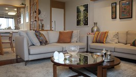 """living e aparador em """"L"""" para o sofá da TV que auxilia criando mais espaços para sentar"""